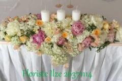 Jaunlaulāto galda dekors - hortenzijas un peonijas