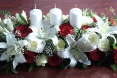 Jaunlaulāto galda dekors - sarkanas un baltas rozes, lilijas