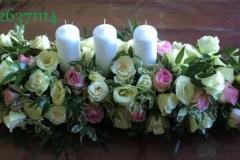 Klasisks jaunlaulāto galda dekors - baltas un rozā rozes