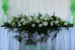 Balts zaļš galda dekors kāzās. Kalna žagari