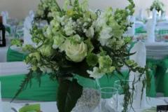 Smalks balts ziedu galda dekors. Kalna žagari