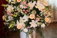 Liela ziedu kompozīcija - balts, rozā, persiku krāsa, pasteļtoņi, lilijas, rozes, gerberas