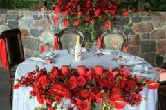 Jaunlaulāto zonas noformējums no sarkaniem ziediem. Bēršas