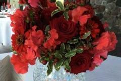 Viesu galda dekors, sarkani ziedi. Bēršas