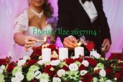 Jaunlaulāto galda dekors - sarkans, balts, rozes