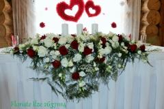 Jaunlaulāto galda noformājums - baltas rozes, sarkanas rozes, lizantes. Krauklīši