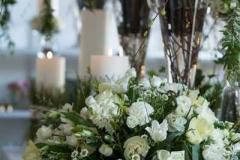 Galda klājums pavasarī - balts, zaļš, plaukstošs, smaržīgs, sveces, stikls. Floristu kopdarbs sadarbībā ar Ziedulaiva, Dizaina Parks. Fotogrāfs Emīls Lukšo