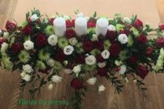 Klasisks jaunlaulāto galda dekors ar svecēm - balts, zaļš, sarkans, rozes, lizantes