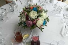 Ziedu kompozīcija uz viesu galda - balts, rozā, zils, peonijas, rozes