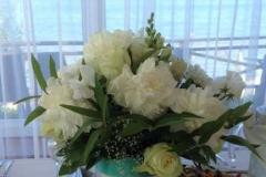 Galdu dekors kāzās - baltas peonijas, baltas rozes - kāzu klasika. Villa Anna