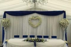Elegants jaunlaulāto galda noformējums. Kāzas Riverside House