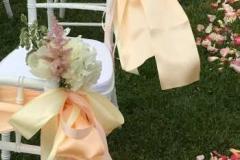 Romantisks krēslu noformējums persiku un rozā toņos