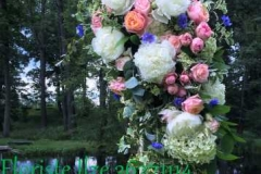 Kāzu arka - peonijas, rozes, hortenzijas