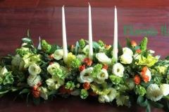 Galda dekors ar svecēm vasarīgās krāsās - balts, zaļš, oranžs