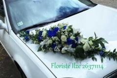 Vasarīgs kāzu auto dekors