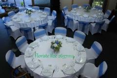 Viesu galdi ar zilām krēslu lentēm. Reiņa trase