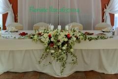 Dekors uz jaunlaulāto galda. Debesu bļoda