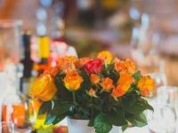 Galda noformējums - oranžas rozes. Turbas