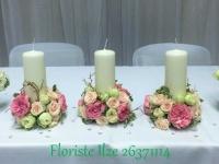 Sveces uz jaunlaulāto galda - balts, rozā, krēmkrāsa, zelts, rozes