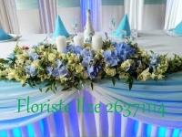 Jaunlaulāto galds gaiši zilos toņos