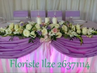 Jaunlaulāto galda dekors - baltas un rozā rozes, violetas frēzijas
