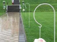 Rožu un hortenziju bumbas. Laulības ceremonijas vietas noformējums. Kāzas Bīriņu pilī