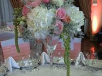 Augstā ziedu kompozīcija uz viesu galda - balts, rozā, laškrāsa