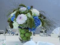 Viesu galda dekors ar zaļiem āboliem. Reiņa trase