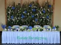 Ziedu siena aiz jaunlaulāto galda. Reiņa trase