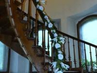 Telpas dekors - ziedu vītne kāpnēs. Dauderi