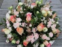 Apaļš galda dekors kāzām - rozā, balts, persiku tonis