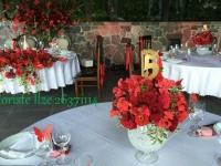 Romantiskas kompozīcijas no sarkaniem vasaras ziediem. Bēršas