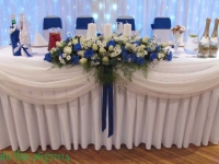 Kāzu dekors uz galda. Balts, zils, bēšīgs