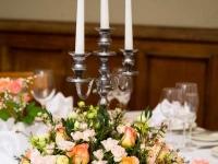 Galda noformējums kāzās - grezns svečturis un ziedi