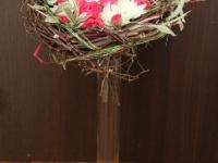 Netradicionāls galda noformejums - ziedi ligzdā.