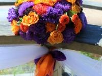 Vasaras ziedi krāsainā dekorā. Baltā kāpa