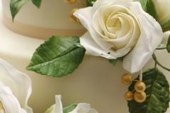 Baltas cukura rozes uz kāzu tortes