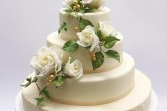 Daudzstāvu kāzu torte ar baltām cukura rozēm