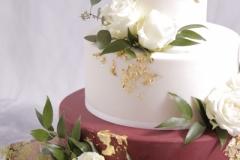 Kāzu tortei bordo, balts, zelts. Kāzu kūka ar ziediem.
