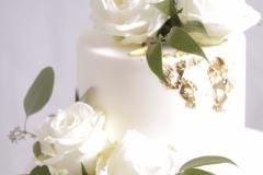 Biskvīta kāzu torte ar ziediem.