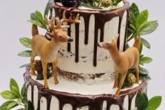 Kāzu torte ar stirniņām. Kailā šokolādes kāzu torte ar rumu. Ar brūkleņu mētrām un mellenēm.