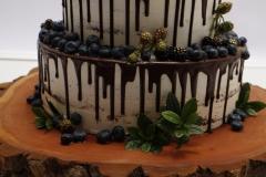 Kāzu torte uz koka ripas. Meža tēma. Šokolādes kāzu torte.