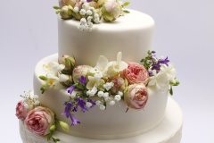 Kāzu torte ar dzīvo ziedu dekoru