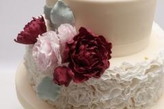Kāzu torte ar marsala krāsas un maigi rozā cukura rozēm