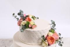 Kāzu torte ar mežģīnēm un pērlītēm