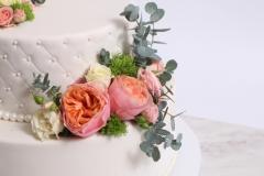 Dekorā rozes un zaļumi. Eikalipts kāzu tortes dekorā.
