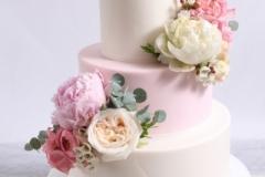Rozā kāzu torte ar peonijām un rozēm un eikaliptiem. Nodrošinām piegādi.