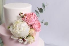 Baltais un rozā kāzu tortē. Cukura masas pārklājums. Eikalipti uz tortes.