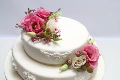 Vārītā krēma torte ar cukura masas pārklājumu. Ziedu dekors. Kāzu torte.