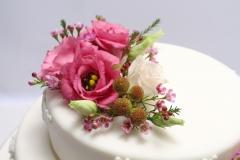 Vecrozā ziedu kompozīcija uz kāzu tortes. Torte ar piegādi uz svinību vietu.
